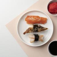 hermoso plato de sushi y sashimi foto