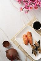 sushi en mantel de bambú foto