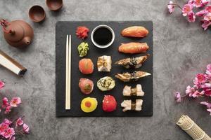 comida de sushi con palillos foto