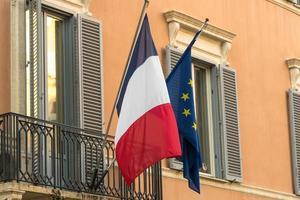 banderas francesas y europeas ondeando foto