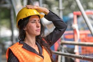 trabajador de la construcción arreglando su casco de seguridad foto