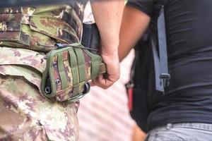 arma militar en la funda foto