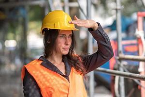 mujer ingeniero en el sitio de construcción en verano foto