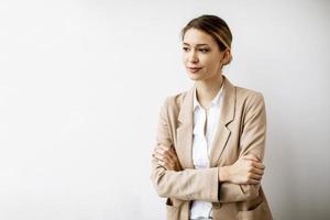 mujer joven en una chaqueta beige foto