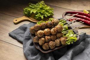 composición de alto ángulo de delicioso bakso indonesio foto