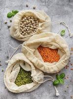 bolsas ecológicas con diferentes tipos de legumbres foto