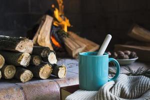 manta de taza junto a la chimenea. concepto de fotografía hermosa de alta calidad y resolución foto