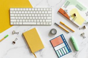 teclado rodeado de coloridos artículos de papelería. concepto de fotografía hermosa de alta calidad y resolución foto