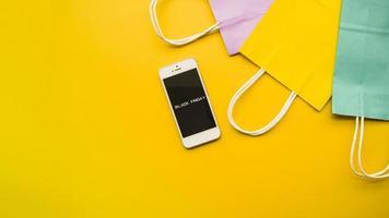 teléfono con mesa de inscripción de viernes negro. concepto de fotografía hermosa de alta calidad y resolución foto