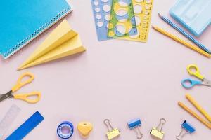 fondo rosa con útiles escolares. concepto de fotografía hermosa de alta calidad y resolución foto