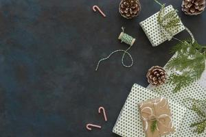 vista superior regalos de navidad con conos de pino copia espacio. concepto de fotografía hermosa de alta calidad y resolución foto