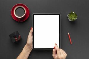 composición de escritorio de oficina de vista superior con tableta. concepto de fotografía hermosa de alta calidad y resolución foto