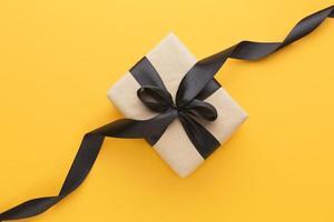 caja de regalo de vista superior con cinta negra. concepto de fotografía hermosa de alta calidad y resolución foto