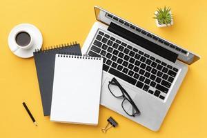 composición de escritorio de oficina de vista superior con bloc de notas. concepto de fotografía hermosa de alta calidad y resolución foto