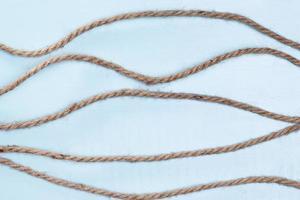 cordeles fuertes líneas horizontales de cuerda beige. concepto de fotografía hermosa de alta calidad y resolución foto