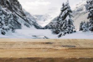 tablero de madera montañas con árboles nieve. concepto de fotografía hermosa de alta calidad y resolución foto