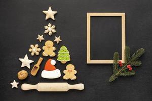 Vista superior surtido de galletas de jengibre de Navidad con marco vacío. concepto de fotografía hermosa de alta calidad y resolución foto