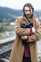 hombre con un abrigo marrón foto