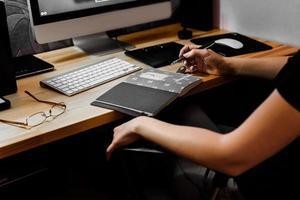 chica diseñadora en el trabajo en la mesa foto