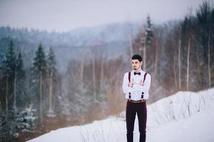 pasear al novio y a la novia en las montañas de los cárpatos foto