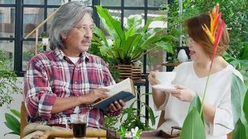 Pareja de ancianos asiáticos están felizmente conversando en el jardín video