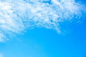 Cloudscape en fondo de cielo azul con espacio de copia para agregar texto foto