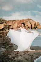novia en la orilla del mar negro foto