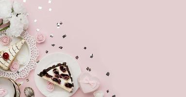 pastel en un plato sobre fondo rosa foto