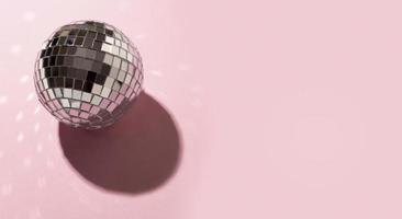 bola de discoteca sobre fondo rosa foto