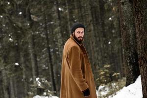 hombre en el bosque de invierno foto
