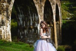 novia camina bajo un puente foto