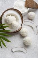 Vista superior de caramelo de coco sin azúcar foto