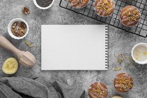 muffins de vista superior y arreglo de cuaderno foto