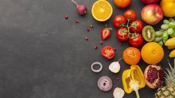 Arreglo de verduras y frutas con espacio negro. foto