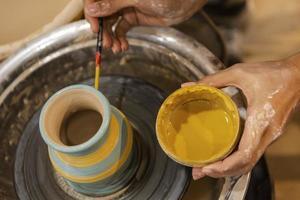 vista superior de una persona que crea cerámica foto