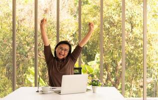 mujer de negocios, en, oficina, diversión, y, ganador foto