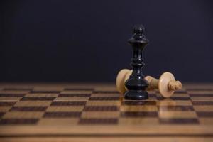 derrota y victoria en un tablero de ajedrez foto