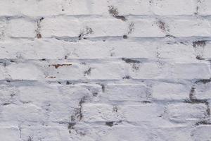 pared de ladrillo antiguo pintado de blanco foto