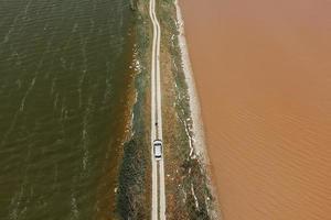 vista aérea del lago sasyk sevash y vista de la carretera foto