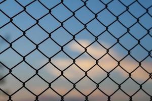 valla de red de acero a la libertad foto