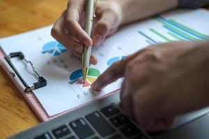 Cerrar la reunión de empresarios para discutir la situación del mercado. concepto financiero empresarial foto