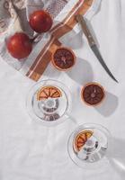 Vista superior de toronjas y arreglo de cuchillos. foto