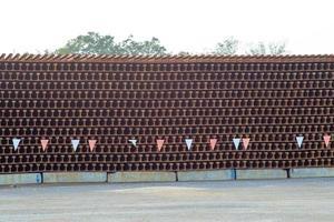 Pila de textura y fondo de vigas de acero en el sitio de construcción foto