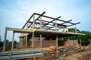 Estructura de una casa en construcción en un sitio con un fondo de cielo azul foto