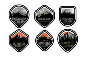 concepto de insignia de campamento de verano vector