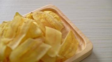 chips de plátano crujientes - plátano en rodajas frito o al horno video