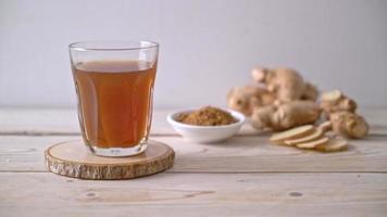 jugo de jengibre caliente y dulce con raíces de jengibre video