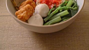 Eiernudeln mit Fischbällchen und Garnelenbällchen in rosa Sauce video