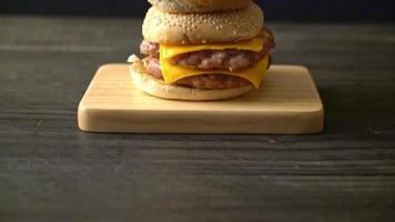 double hamburger de porc au fromage video