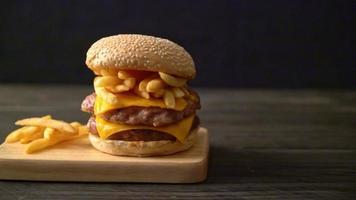 hamburguesa de cerdo con queso y patatas fritas video